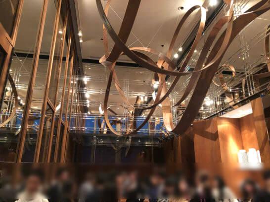 「ザ ラヴァン グリル&ラウンジ」のキッチンテーブルでのラグジュアリーソーシャルアワーの様子