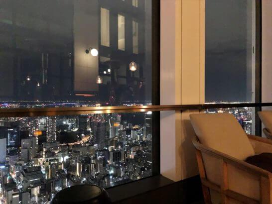 ルーフトップバーの席と夜景