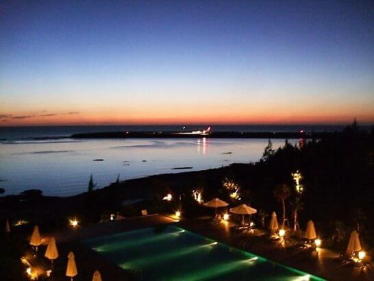 海外リゾートホテルのプールと夜景