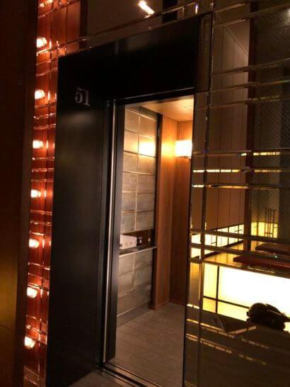 アンダーズ東京のルーフトップバーへのエレベーター