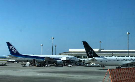 那覇空港に駐機するANAとスターアライアンスの飛行機