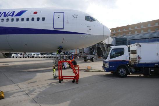 燃料を補給するANAの飛行機