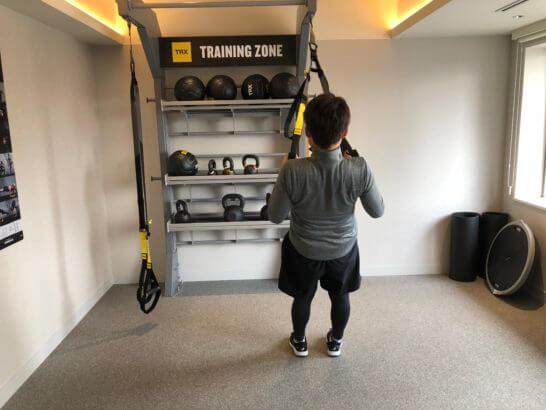 ウェスティンホテル東京のTRXでトレーニングするシーン (2)