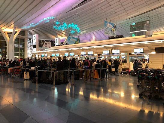 羽田空港 国際線ターミナルのチェックインカウンターの大混雑