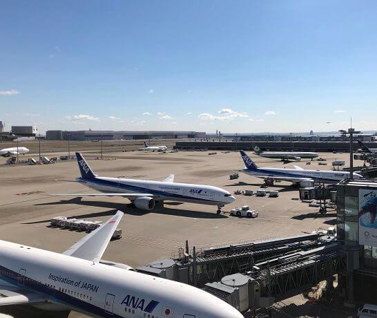 羽田空港国際線に駐機するANAの飛行機