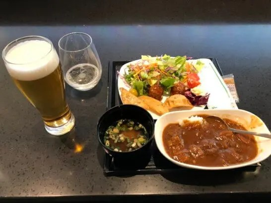 ANAラウンジ(羽田空港国際線)のビール・ワイン・味噌汁・サラダ・餃子・カレー