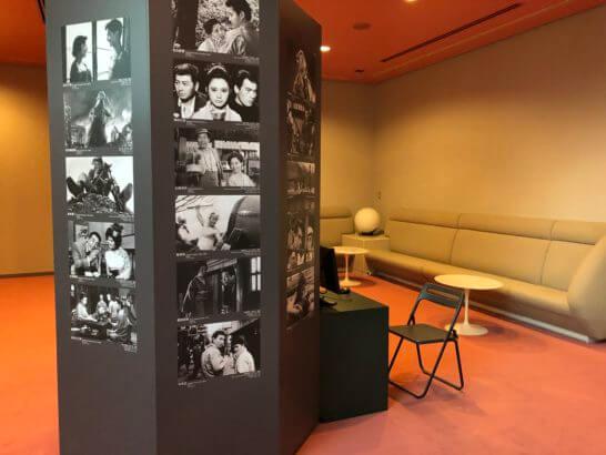 国立映画アーカイブ7Fの写真展示・ソファー