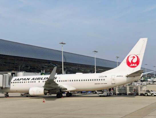 関西国際空港に駐機するJALの飛行機