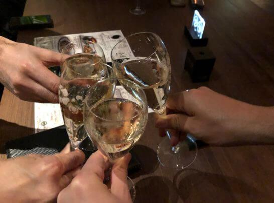 ラグジュアリーカードの優待特典のシャンパンで乾杯するシーン