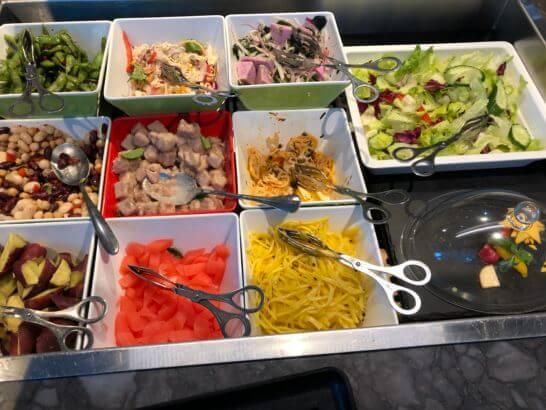 台湾桃園国際空港のプラザプレミアムラウンジのサラダ類