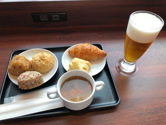 伊丹空港のダイヤモンドプレミアラウンジの食事とビール