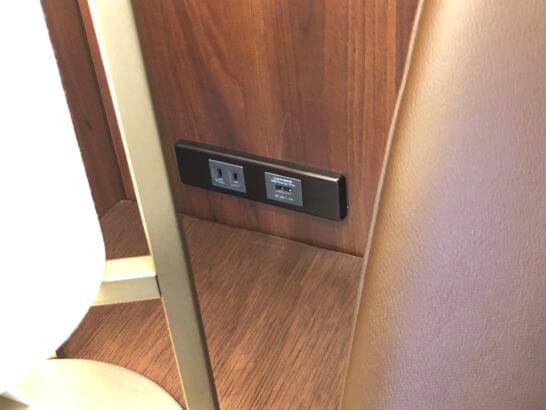 伊丹空港のJALダイヤモンドプレミアラウンジのソファー脇の電源・USB端子 (2)