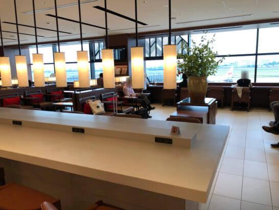 伊丹空港サクララウンジのテーブル席