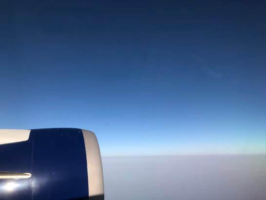 デルタ航空の機内からの青空