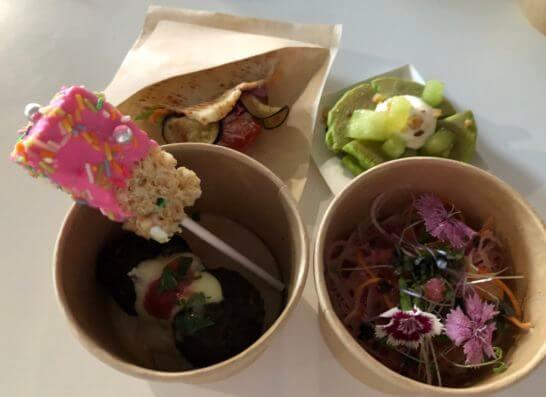 根菜とフィンガーライム・スプラウトのベジタブルヌードルサラダ、トリュフ・ペッパー・チリのミートボール、チキンとフムスのベジタブルブーケ