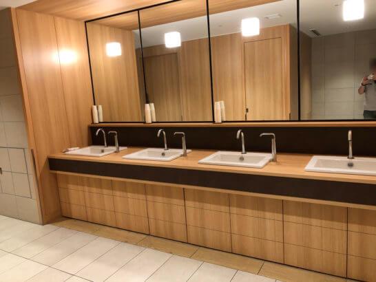 伊丹空港のサクララウンジのトイレ (洗面台)