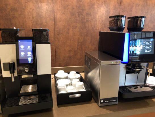伊丹空港のサクララウンジのコーヒーマシン