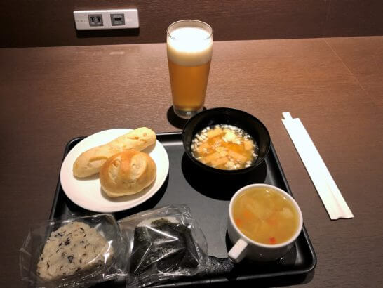 羽田空港ダイヤモンドプレミアラウンジの窓際カウンター席での食事
