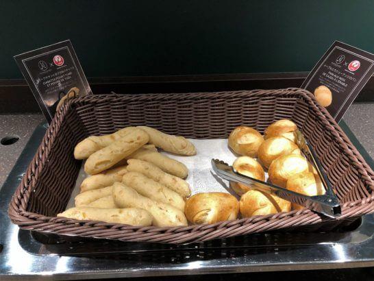 羽田空港ダイヤモンドプレミアラウンジのスモークチキンと柚子胡椒のチャパタ、メープルとカシューナッツのパン