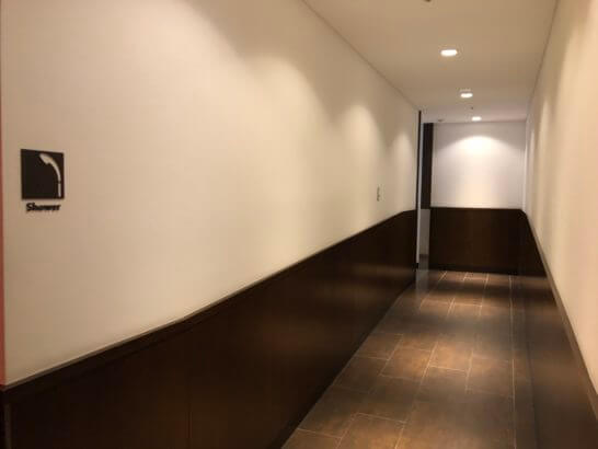羽田空港のダイヤモンドプレミアムラウンジのシャワールームに向かう廊下