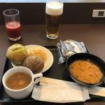 羽田空港のダイヤモンドプレミアムラウンジの味噌汁・スープ・パン・おにぎり・トマトジュース・ビール