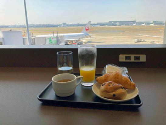 羽田空港JALダイヤモンドプレミアラウンジの窓際席と食事