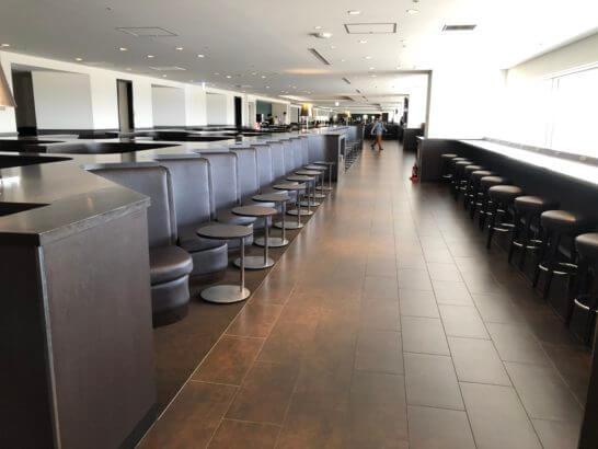 羽田空港国内線サクララウンジの窓際席