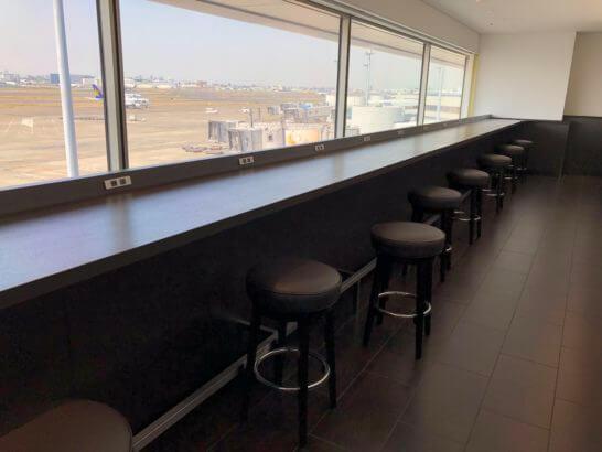 羽田空港国内線サクララウンジの窓際カウンター席