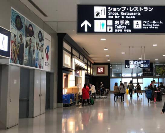 関西国際空港のショップ・レストランへの道