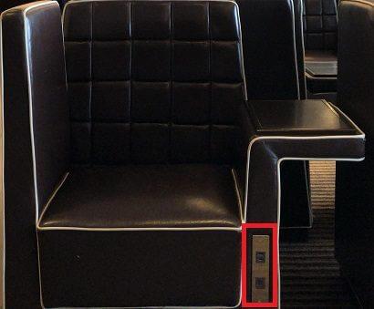 羽田空港ダイヤモンドプレミアラウンジのソファー席の電源コンセント
