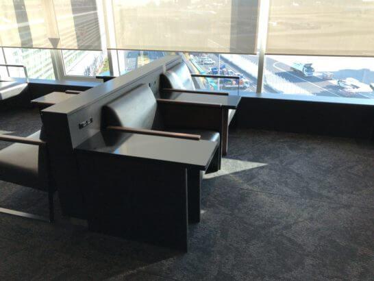 羽田空港国際線のANAラウンジ(114番ゲート付近)の窓際ソファー席