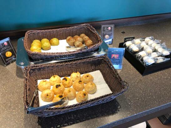 羽田空港のダイヤモンドプレミアムラウンジのパン・おにぎり
