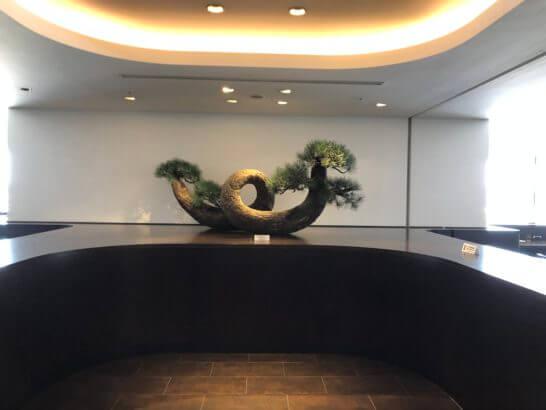 羽田空港のダイヤモンド・プレミアラウンジの入り口の松