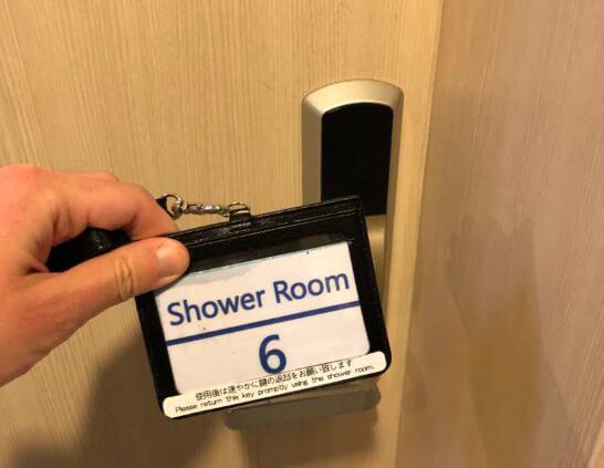 ANAラウンジ(羽田空港国際線)のシャワールームの鍵を解錠するシーン