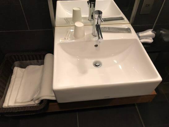 羽田空港ダイヤモンドプレミアラウンジのシャワールームの洗面台