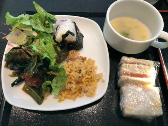 蕪の和風ポタージュ、サンドイッチ、おにぎり、五目チャーハン、わかめなど改装京サラダとレタス