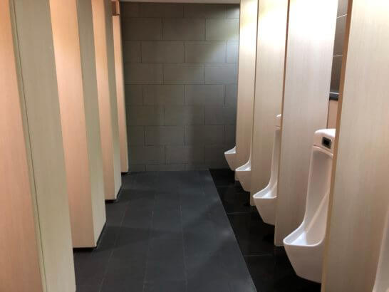 ANAラウンジ(羽田空港国際線)のトイレ(小便器と大便器)