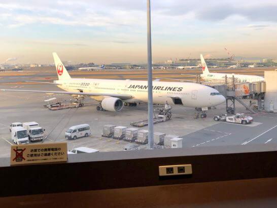 羽田空港ダイヤモンドプレミアラウンジの窓際席