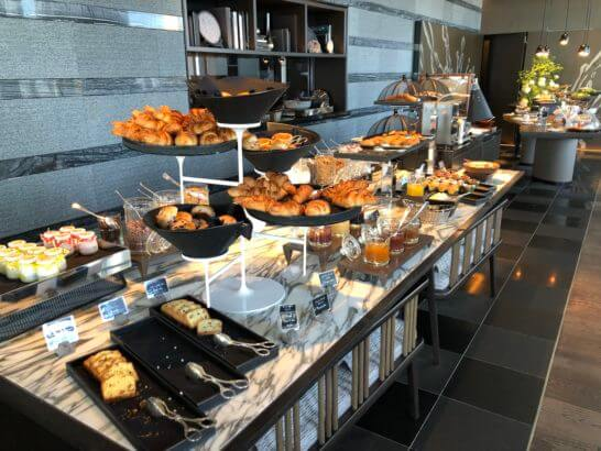 ザ・リッツ・カールトン東京の朝食ビュッフェのパン・コールドミートコーナー