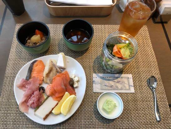 東京マリオットホテルの朝食(汁物・コールドミール・アイスティー)