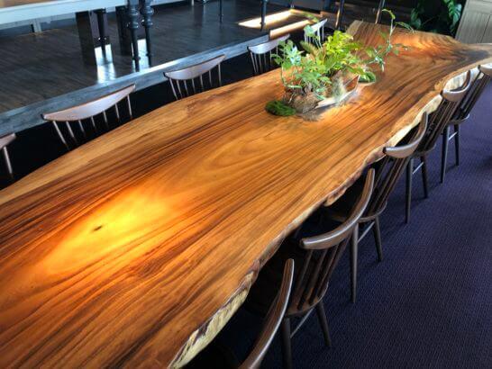 東京マリオットホテルのエグゼクティブラウンジの木製テーブル