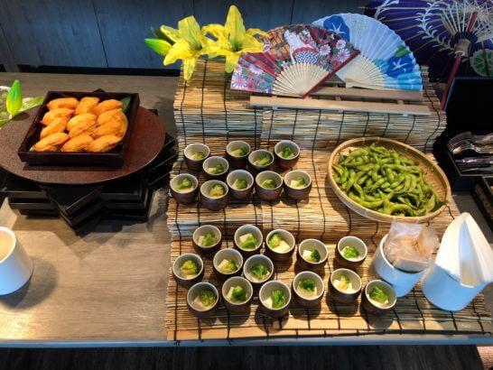 東京マリオットホテルのエグゼクティブラウンジのカクテルタイムの枝豆・野菜・いなり寿司