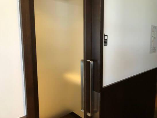 羽田空港国内線サクララウンジの通話ブース