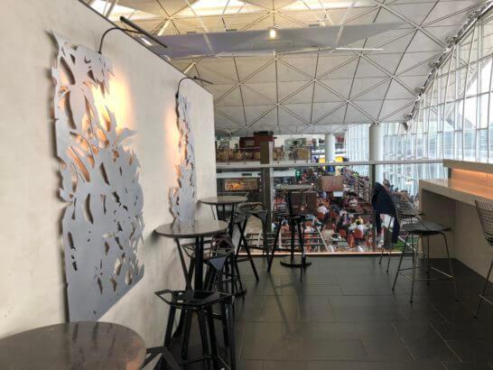 香港国際空港アメックスのセンチュリオンラウンジの奥側の席