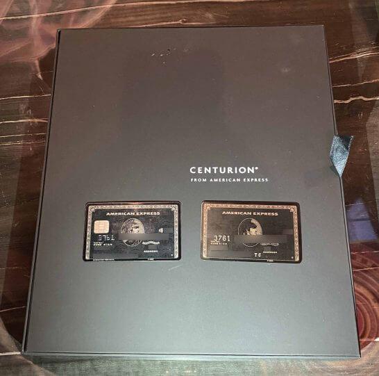 キットの上に置いたプラスチック製アメックスセンチュリオンとチタンカード