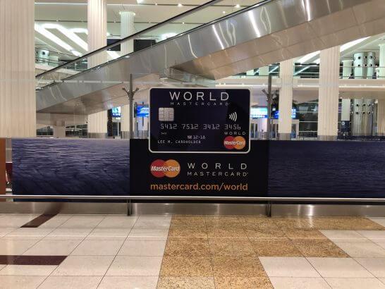 ドバイ国際空港のワールドMastercardの看板