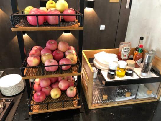 香港国際空港アメックスのセンチュリオンラウンジのリンゴ