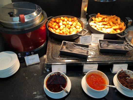 香港国際空港アメックスのセンチュリオンラウンジのミネストローネ、チリガーリック焼売、春巻き