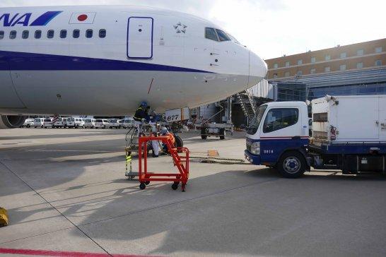 出発を準備するANAの飛行機