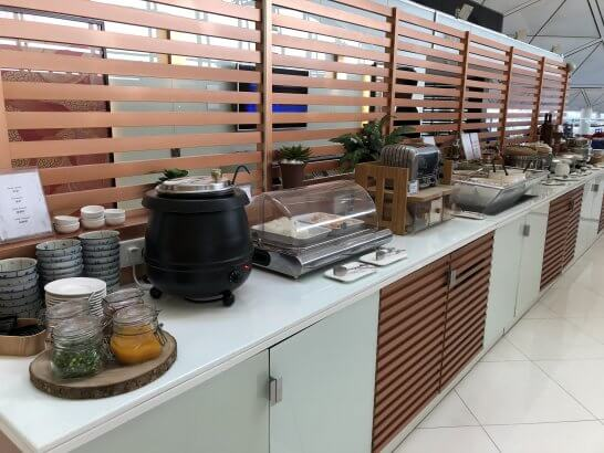 タイ国際航空のロイヤルオーキッドラウンジ(香港国際空港)のフードコーナー